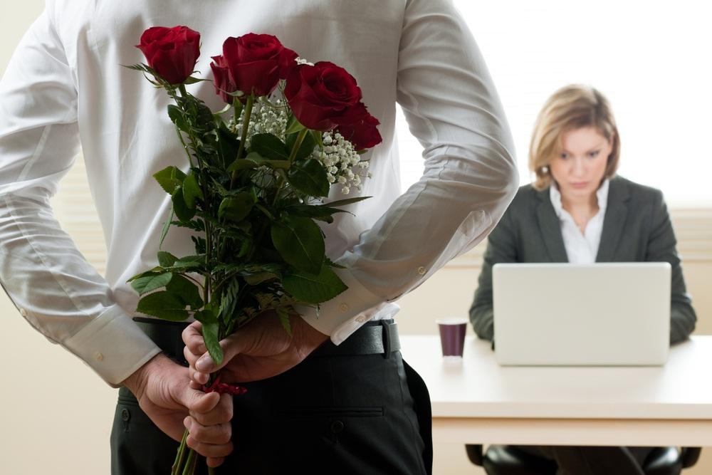 Homme daffaires montrant les pouces vers le bas au bureau photo